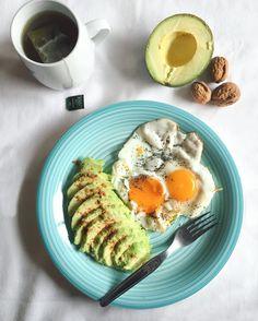 Segunda-feira combina com low carb  vai-se lá saber porquê  #lowcarb #breakfast #health #healthylife #heresmyfood #healthyeating #healthychoices #avocado #egg #greentea #monday #pequenoalmoco #abacate #ovos #takecareofyourself by sylviemlopes