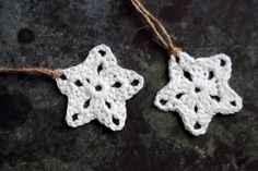 # Låge nr. 11 - Hæklet stjerne | Eponas dagbog Crochet Stitches, Knit Crochet, Crochet Patterns, Fabric Christmas Ornaments, Christmas Stockings, Yarn Projects, Crochet Projects, Retro Christmas, Christmas Crafts