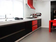 Nessa cozinha de um apartamento em Piracicaba, a cor vermelha fica em destaque, contrastando com o preto e o branco. Visual clean e moderno!  Projeto 🔝🔝 @lpaaarquitetos  #villabelarevestimentos #lucianapacheco #architect #architecturelovers #arquiteta #arquitetura #cozinha #homedecor #decor #decoração #kitchen #inspiração #design #interiordesign #sonhodeconsumo #dreamhouse #dreamkitchen #techlam #progettare #instadecor #ideias #ideas #projeto #instagood