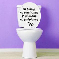 """Original vinilo decorativo para decorar el inodoro, con la frase """"Si bebes no conduzcas y si meas no salpiques"""". Un vinilo muy práctico para todas las personas que entren en el baño."""