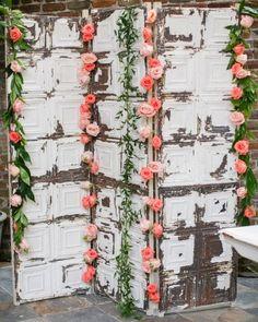 Sem palavras para expressar o encanto desse biombo feito de portas antigas e muitas flores para decorar.