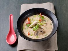 Turkey soup with spring onions, coconut milk and mushrooms - Godt.no Turkey Soup, Coconut Milk, Cheeseburger Chowder, Soup Recipes, Stuffed Mushrooms, Baking, Ethnic Recipes, Languages, Onions