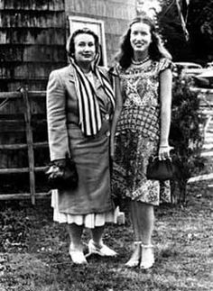 Edith Bouvier Beale and Edith Ewing Beale otherwise known as Little Edie and Big Edie outside their Grey Gardens East Hampton, NY estate. David and Albert Maysles documentary. Los Kennedy, Jacqueline Kennedy Onassis, Caroline Kennedy, Edith Bouvier Beale, Edie Beale, Gray Gardens, Jfk Jr, East Hampton, Cool Costumes