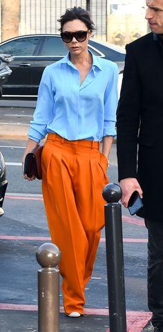 Victoria Beckham w pomarańczowych spodniach - PUDELEK
