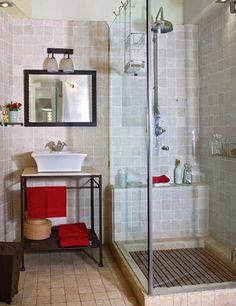 Como el baño es pequeño, el lavabo exento se puso sobre una ligera mesita de mármol y forja. A su lado, una cabina de ducha, totalmente acristalada, no agobia visualmente...