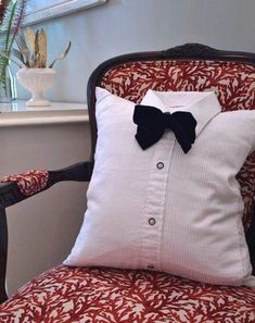 How to recycle an old shirt! Here are 20 creative ideas .-Come riciclare una vecchia camicia! Ecco 20 idee creative… Come riciclare una How to recycle an old shirt! Here are 20 creative ideas … How to recycle a …, recycle - Cute Pillows, Diy Pillows, Cushions, Throw Pillows, Sewing Crafts, Sewing Projects, Diy Crafts, Sewing Pillows Decorative, Cushion Covers