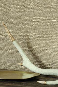 Elitis behang, rustig maar chic door de glanzende ondergrond die subtiel in het reliëf doorschittert. optie voor de wand achter je bed