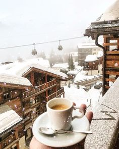 Coffee in the snow , Switzerland Winter Coffee, Cosy Winter, Winter Cabin, Winter Time, Coffee Photography, Winter Photography, Winter Scenery, Destination Voyage, Cozy Place