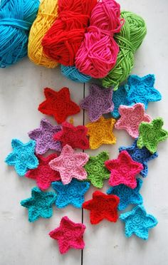 crochet stars - free pattern - scroll down to comments for English translation ༺✿ƬⱤღ  http://www.pinterest.com/teretegui/✿༻