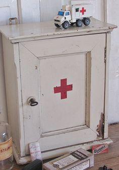 Supersleets oud medicijnkastje met aparte details + inhoud