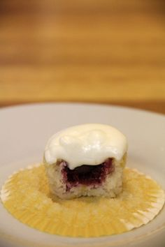 Was anyone else ever tempted to put raspberries on their fingertips?? These mini chocolate raspberry lemon cupcakes are the grown-up way to do that!