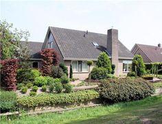 NIEUWLEUSEN, Haagwinde 18. Zeer mooi gesitueerde ruime vrijstaande semi-bungalow met aangebouwde garage en prachtig aangelegde tuin (zuidwesten).