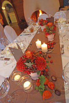 Herbst-Hochzeit, Tischdekoration in Braun und Orange mit herbstlichen Accessoires