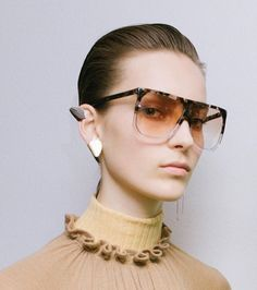 Oh-so-cool sunglasses from Loewe. 70s Sunglasses, Oversized Sunglasses, Sunglasses Women, Big Fashion, Fashion Outfits, Womens Fashion, Fashion Gone Rouge, Cooler Look, Fashion Details
