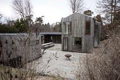 """Proyecto de vivienda colectiva de Primus Arkitekter en Tisvildeleje, Dinamarca. La idea partió de una conversación entre 4 amigos. Todos estaban pensando en comprar o construir una casa de verano pero les daba miedo la idea de estar sentados esperando la visita de los demás. La alternativa fue unir esfuerzos y planear un proyecto común a … Continuar leyendo """"COOP HOUSE"""""""