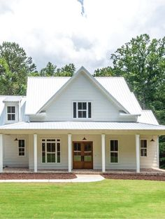 The Best Classic White Farmhouse Exterior Inspiration - A huge collection of Farmhouse inspiration that is classic yet completely on-trend, showcasing white exteriors and some modern farmhouse touches. White Farmhouse Exterior, White Exterior Houses, Dream House Exterior, Farmhouse Plans, Farmhouse Design, Rustic Farmhouse, Farmhouse Style, White Houses, House Siding
