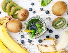 Зеленый смузи. Ингредиенты: вода, киви, бананы