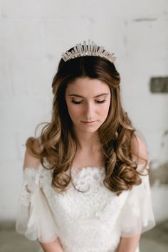 Crown yourself on your Big Day 👑 with this magnificent rose quartz and clear quartz points headpice from Emma Katzka Bridal 👉🏻 https://www.happilyeverborrowed.com/collections/headbands/products/sophia-headpiece?variant=35286855762  #keepcalmborrowon