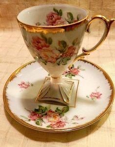 vintage teacup & saucer- beautiful floral                                                                                                                                                      Mais                                                                                                                                                                                 More