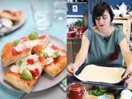 La pizza fatta in casa con pomodoro e mozzarella
