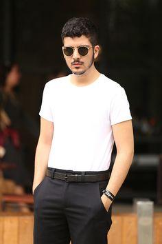 1ef03d1de6c8d Street Style masculino com calça preta social e camiseta básica branca no  SPFW