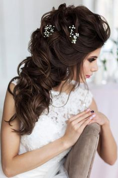 50 Awesome Curly Wedding Hairstyles Almost all of the curly wedding hairstyles are for girls with straight hair. They may take longer at hair salon. But it worth for sure! And it will cr. Dark Curly Hair, Curly Wedding Hair, Wedding Hairstyles For Long Hair, Hairstyles With Bangs, Straight Hairstyles, Bridal Hair, Engagement Hairstyles, Hair Videos, Hairstyles Videos