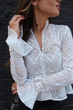 If you know me, you know my infatuation for black and white. Kurta Designs, Blouse Designs, Mode Kimono, Trendy Tops, Blouse Styles, Mode Style, Lace Tops, Chic Outfits, Dress Patterns
