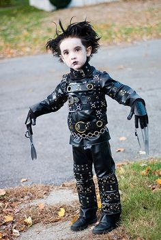 """Adorable Edward Scissorhands cosplay (Halloween), so they say. Poor kid be like, """"I just want to eat the candy. Diy Halloween Costumes For Kids, Costume Halloween, Cool Costumes, Happy Halloween, Costume Ideas, Costume Contest, Amazing Costumes, Halloween Clothes, Funny Costumes"""