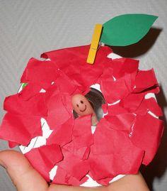 Pomme avec un ver de terre qui bouge