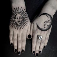 Hand Tattoos are very beautiful. We have selected 50 unique female hand tattoos to browse at your perusal. Piercing Tattoo, Tattoo Platzierung, Tattoo Mond, Ink Tattoos, Foot Tattoos, Body Art Tattoos, Wrist Tattoo, Tattoo Flash, Sleeve Tattoos