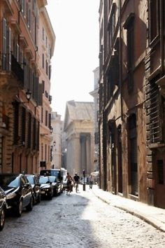 The alley way leading to the Pantheon. I know this route by heart (shortcut to Zaras!)