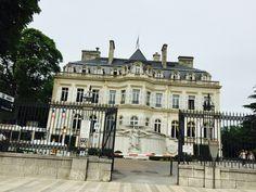 """Epernay est située dans la magnifique région viticole de la """"Champagne-Ardenne"""", au cœur de 30 000 hectares de vigne, à 27 km de Reims, 31 km de Châlons-en-Champagne et 48 km de Château-Thierry. http://booking-hotel.consolidator.fr/Place/Epernay.htm"""