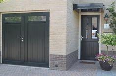 Openslaande houten garagedeuren model Markelo Deurdikte 68mm Dark Red Meranti Links of rechts openslaand (van buiten gezien) Symmetrische verdeling Deuren zijn voorzien van een zeer hoogwaardige isolatiekern Rubber tochtkader in zowel de deuren als het kozijn gefreesd Deuren voorzien van een bovenlicht inclusief roedeverdeling, hoogte van de beglazing geheel naar wens Soort beglazing HR++ 4-16-4 …