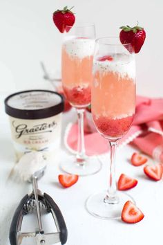 Strawberry Rosé Ice Cream Float - Spoonful of Flavor Ice Cream Punch, Wine Ice Cream, Ice Cream Floats, Strawberry Roses, Strawberry Ice Cream, Christmas Dinner 2018, Champagne Sorbet, Drink Recipes Nonalcoholic, Ice Cream Desserts