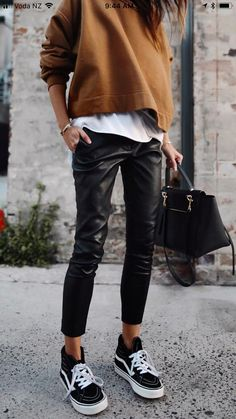 trendy fall outfit / brown top + white tee + bag + black leather pants + sneaker… trendiges Herbstoutfit / braunes Top + weißes T-Shirt + Tasche + schwarze Lederhose + Turnschuhe Trendy Fall Outfits, Winter Outfits, Casual Outfits, Dress Winter, Dress Casual, Winter Clothes, Winter Weekend Outfit, Autumn Outfits Women, Snow Clothes