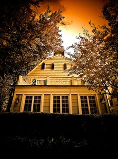 The (actual) Amityville Horror House Scary Places, Haunted Places, Abandoned Places, The Amityville Horror House, Creepy Houses, Haunted Houses, Classic Horror Movies, Vintage Horror, Scary Movies