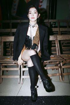 Red Velvet's Irene arrived for Miu Miu's show during Paris Fashion Week looking glamorous in a dazzling black and gold ensemble. Fashion Week Paris, Seulgi, South Korean Girls, Korean Girl Groups, Asian Woman, Asian Girl, Irene Red Velvet, Black Knees, Korean Actresses