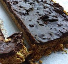 Heerlijke gezonde snack met chocolade, havermout en dadels, zonder suiker. Gezonde chocoladereep
