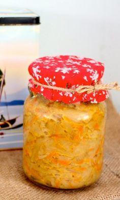 Maak je atjar tjampoer lekker zelf met dit makkelijke recept. Veel lekkerder dan die zoetzure bende uit de supermarkt.