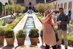 De hele wereld lijkt in het Alhambra in Granada alleen nog maar otofoto's te maken. Begrijp daar niks van. Deze man keek wel wat bozig maar ja als je niet op de foto wilt moet je niet in het Alhambra rond gaan lopen... #willemlaros.nl #flickr #photography #travelphotography #traveller #canon #snpnatuurreizen #canon_photos #fotoreis #travelblog #reizen #reisjournalist #travelwriter#fotoworkshop #reisfotografie #landschapsfotografie #follow #alpujarras #capileira #granada #spanje #cameranu #fb