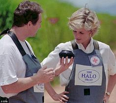 January Diana, Princess of Wales tours a minefield dressed in a flak jacket and face shield in Huambo, central Angola. The Princess was visiting Angola for the Red Cross, to see for herself the carnage mines can cause. Princess Diana Family, Princess Diana Pictures, Princess Of Wales, Princesa Diana, Private School Fees, The Quiet Man, Headlines Today, Powerful Images, Diane