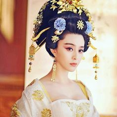 The Empress of China (simplified Chinese: 武媚娘传奇) is a 2014 Chinese television drama based on events in and Tang dynasty, starring producer Fan Bingbing as the titular character Wu Zetian—the only female emperor in Chinese history. Fan Bingbing, Chinese Traditional Costume, Traditional Fashion, Traditional Dresses, Wu Zetian, Oriental Fashion, Asian Fashion, The Empress Of China, Moda China