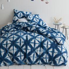 Housse de couette lin lavé imprimé Batic. Côté déco, l'imprimé effet tye and tye se décline en bleu. Côté confort, le lit s'habille de douceur avec le lin lavé. Une housse de couette à l'esprit authentique pour une déco renouvelée. Comforters, Collection, Authentique, Home, Bedroom Ideas, Products, Blue Duvet, Bedding, Linens