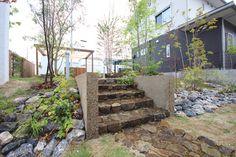 Backyard / Garden ロックガーデン 石積み階段のサイドは擁壁削り出し工法