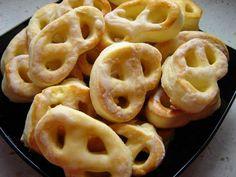 Perece su hrskave, ukusne grickalice, idealne za dečije rođendane, jer se mogu napraviti nekoliko dana ranije. Hrskave slane perece mogu da se posluže uz doručak ili večeru i kao odlična užina.Priprema Prvo razdrobiti kvasac i staviti u malo mlakog mleka zajedno s malo šećera. Ostaviti da kvasac nadođe. Utrljati margarin u brašno dodati, so, jaja … Настави са читањем Hrskave slane perece