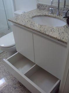 Gabinete de Banheiro em Fórmica Branca com abertura de portas e gavetas co toque das mãos.