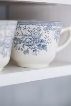vintage kopjes in soft blue and white. Blue And White China, Blue China, Love Blue, China China, Color Blue, Country Blue, Country Charm, White Dishes, White Cottage