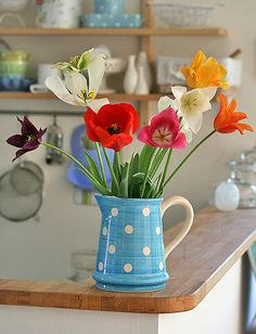 Spring Home Decor With A Blue Retro Jar And Bright Tulips A vintage spring decoration with a blue retro jar and bright tulips is a cool idea that is easy to compose. My Flower, Flower Vases, Beautiful Flowers, Spring Home Decor, Diy Home Decor, Cosy Home, Belle Photo, Spring Flowers, Spring Bouquet