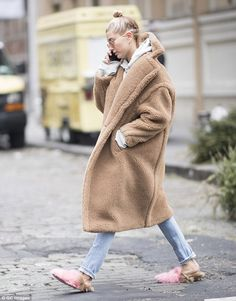 Hailey Baldwin wearing Gucci Princetown Merino Slippers and Max Mara Aurelia Coat Estilo Hailey Baldwin, Hailey Baldwin Style, Outfits Otoño, Winter Outfits, Fashion Outfits, Latest Outfits, Ootd Fashion, Mode Mantel, Catwalk Models