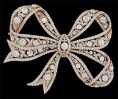 "diamond bow brooch King Rama V gave it as a present to Queen Sawang Vadhana  Cr: FB ""Yamme Yam""  Cr: FB ""Yamme Yam"""